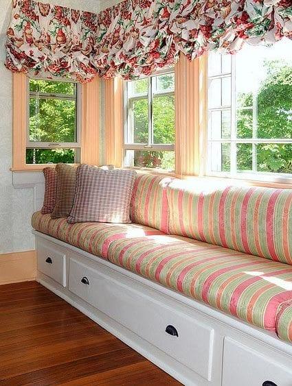 fenster dekoration-weiße gensterbank mit schubladen und kissen in farbe apricot