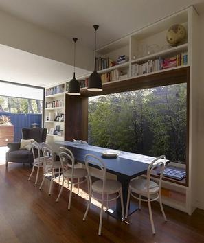 modernes wohnzimmer- wohnzimmer einrichten mit panoramafenster und  weiße Wohnwand- schwarzer esstisch mit weißen stühlen und fensterbank