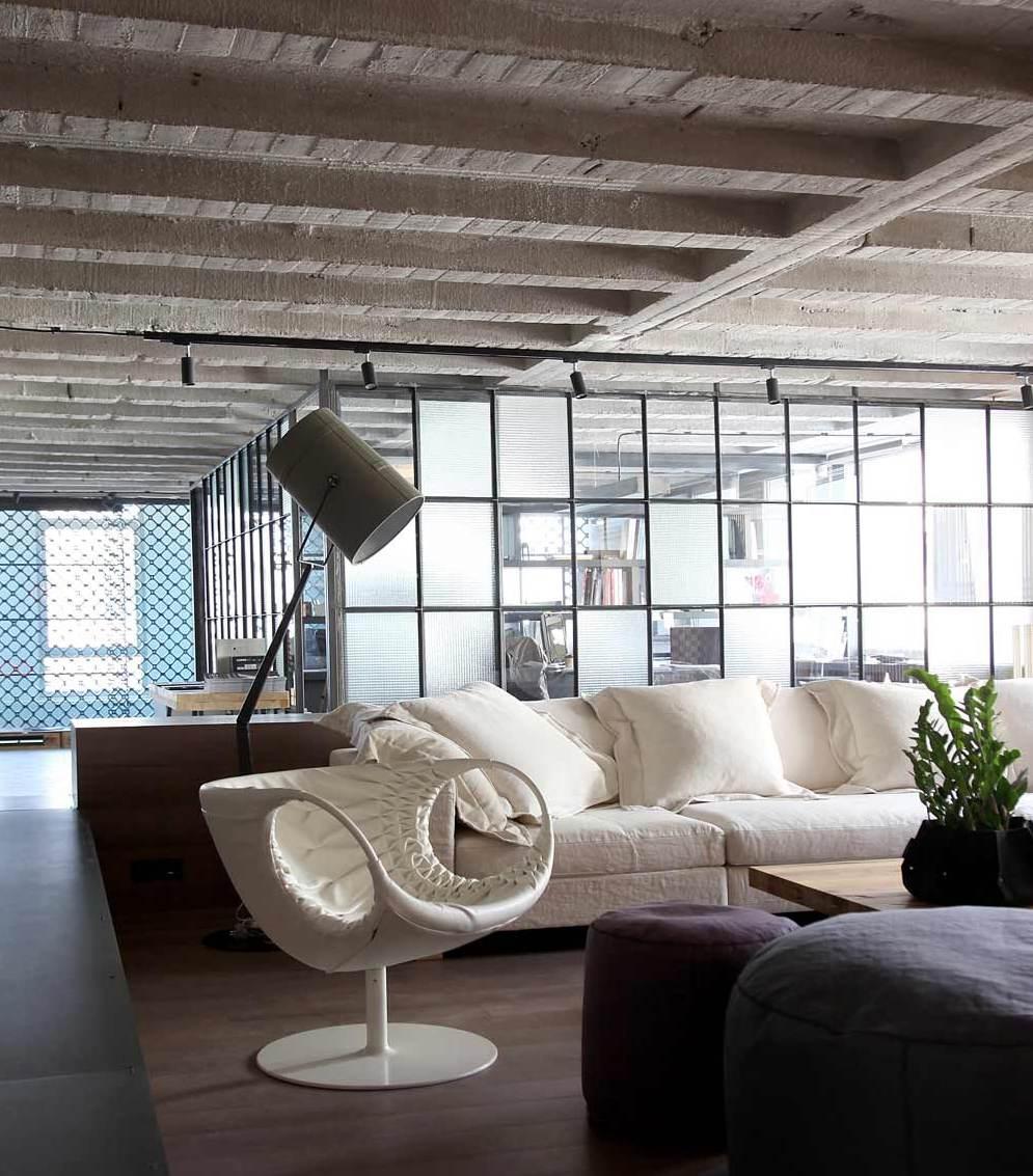 luxus wohnzimmer mit ledersessel weiß und betonndecke-raumteiler glaswand