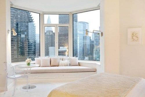 fensterbank dekorieren in weiß- modernes schlafzimmer weiß