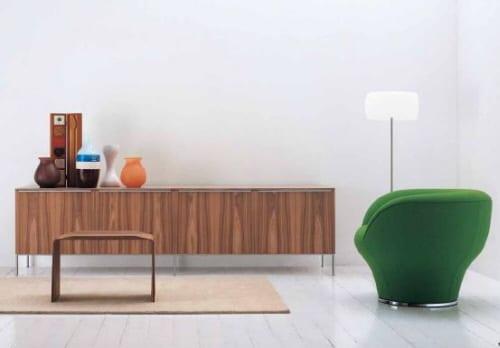 modernes wohnzimmer mit polstersessel grün-holzboden weiß