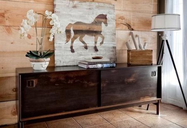 Ideen für Wandgestaltung-Holzwand und Sideboard antik
