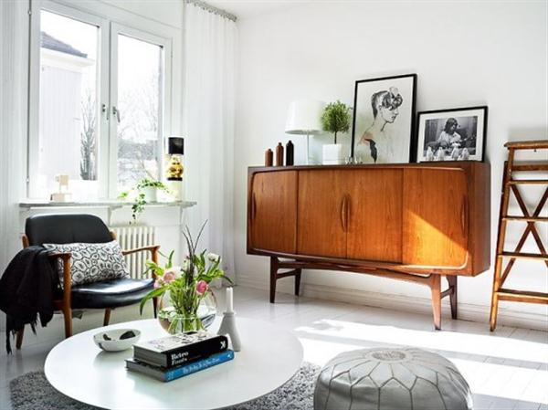 wohnzimmer weiß mit modernem Sessel aud holz und Leder-runder Couchtisch weiß
