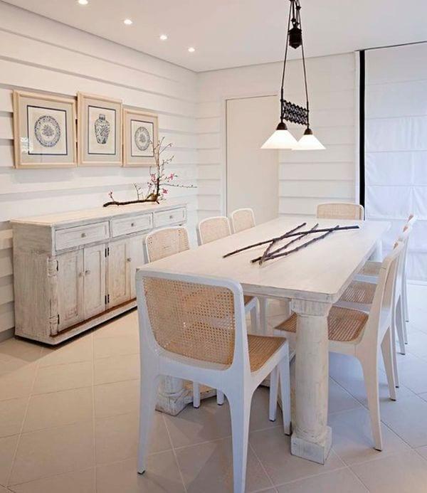 esszimmer weiß mit Vintage Sideboard in weiß und weißem esstisch aus holz-moderne esszimmerstühle weiß