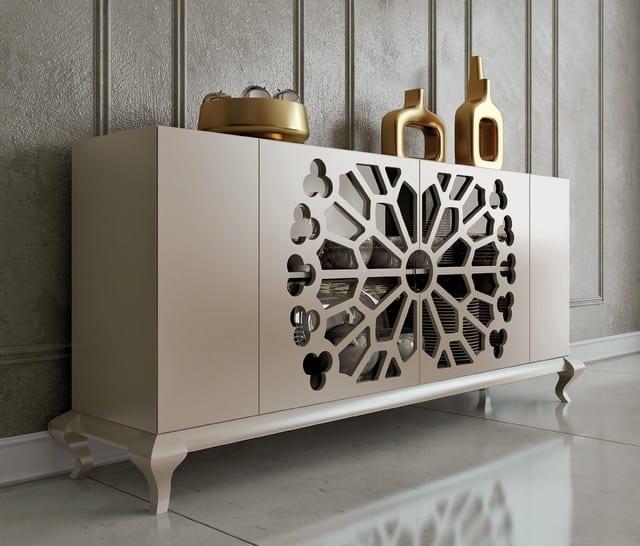 wandfarbe grautöne- sideboard dekorieren mit goldenen vasen