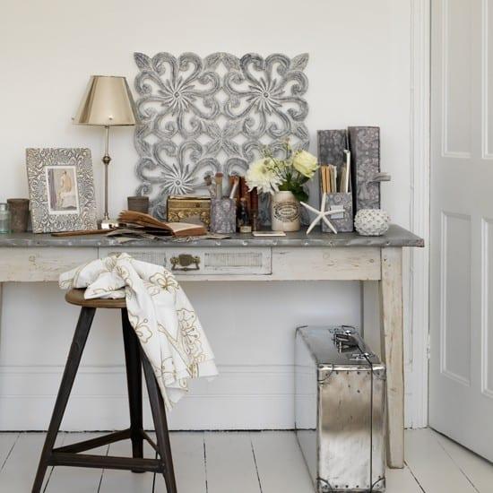 zimmergestaltung in grau- vintage deko ideen-sideboard weiß aus holz