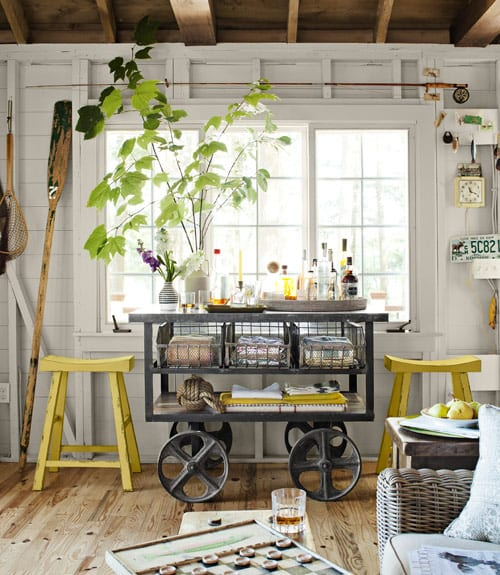 mobiler sideboard grau-vintage interior design mit gelben hockern