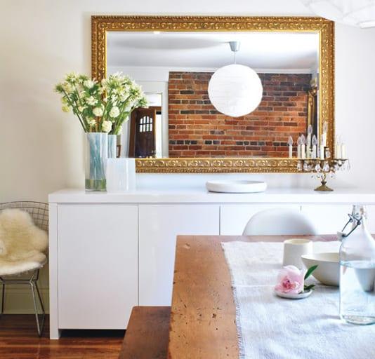 spiegel im wohnzimmer-bilderrahmen dekorieren