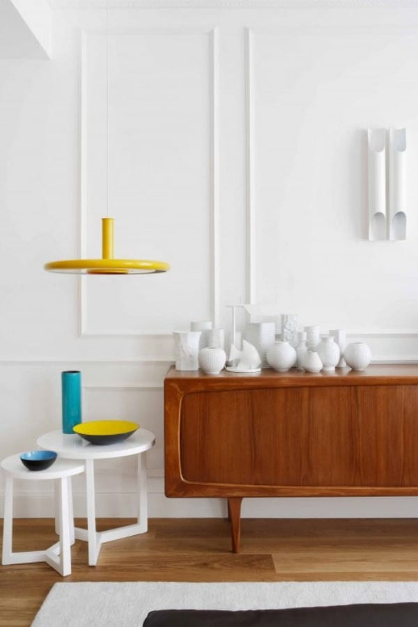 modernes wohnzimmer weiß mit pendelleuchte gelb
