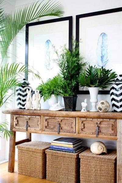 sideboard holz mit schubladen und blumen dekoration- schwarze bilderrahmen dekorieren