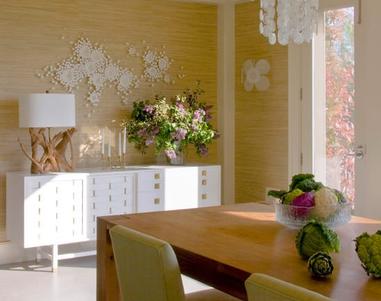 modernes esszimmer einrichten mit sideboard weiß und kreativer wandgestaltung