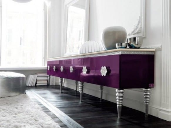 luxus wohnzimmer mit dunklem holzboden und weißem teppich-polsterhocker silber