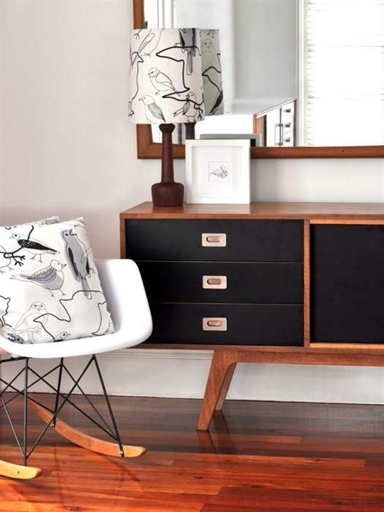interior design mit holz und schwarz weiß-schaukelsessel weiß-sideboard holz