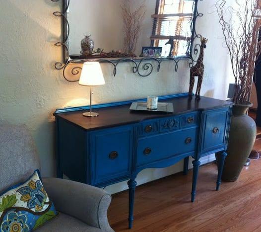 zimmer dekorieren mit Sideboard antik und wandspiegel mit Metallrahmen