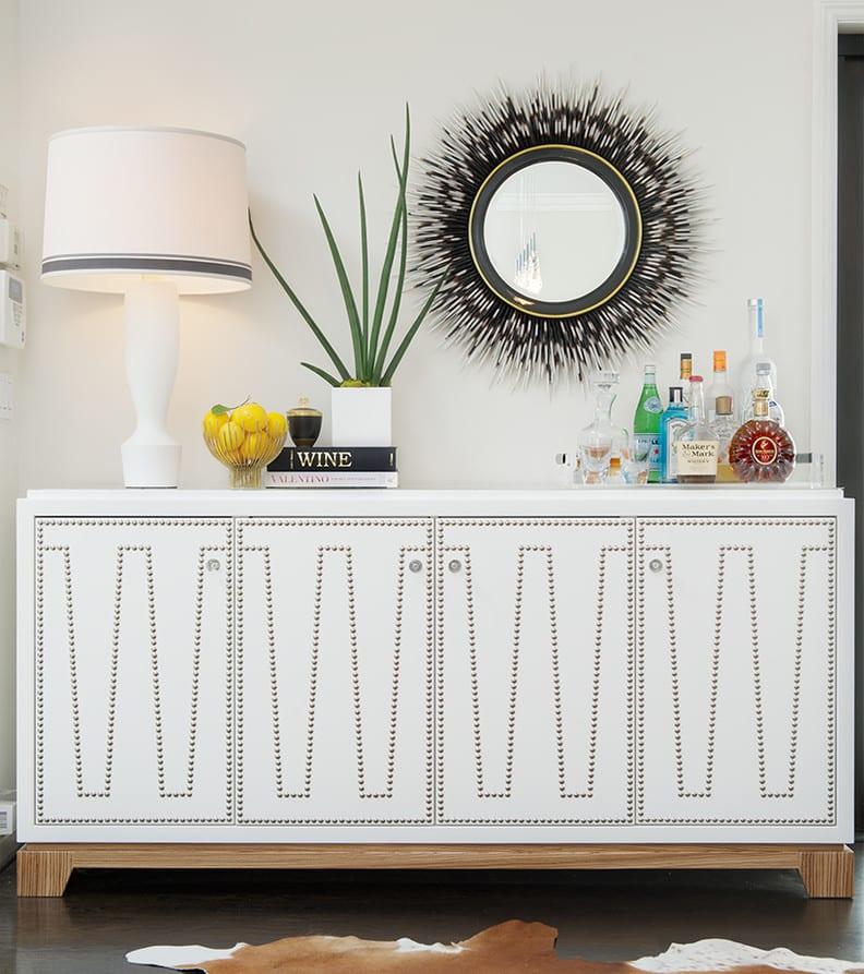 wohnzimmer gestalten in weiß mit modernem Sideboard-wandgestaltung mit rundem Spiegel