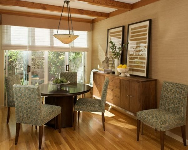 Wohnzimmer einrichten mit parkettbodeb und Sideboard holz-Esstisch aus holz rund-fensterrollos wohnzimmer