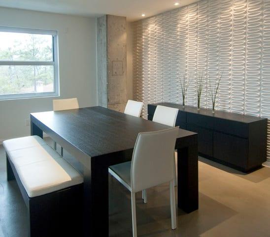 esszimmer gestalten mit weißer 3D Wandpanellen- Esstisch schwarz aus Holz mit weißen esszimmerstühlen