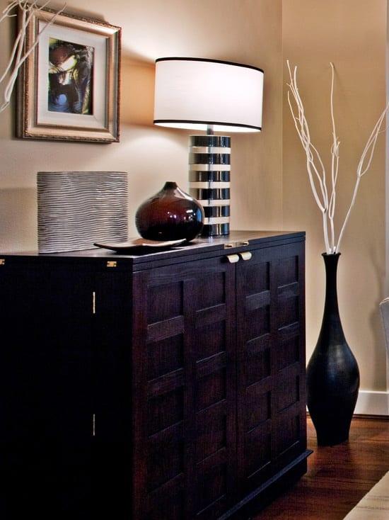 zimmer dekorieren mit sideboard aus holz und schwarzer vase