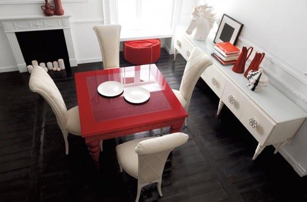 wohnzimmer mit schwarzem holzboden und weißem kamin-Esstisch rot mit weißen esszimmerstühlen