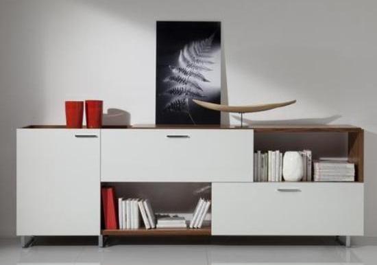 wohnzimmer rot dekorieren:Modernes Wohnzimmer Interior – Sideboard weiß mit roter Dekoration