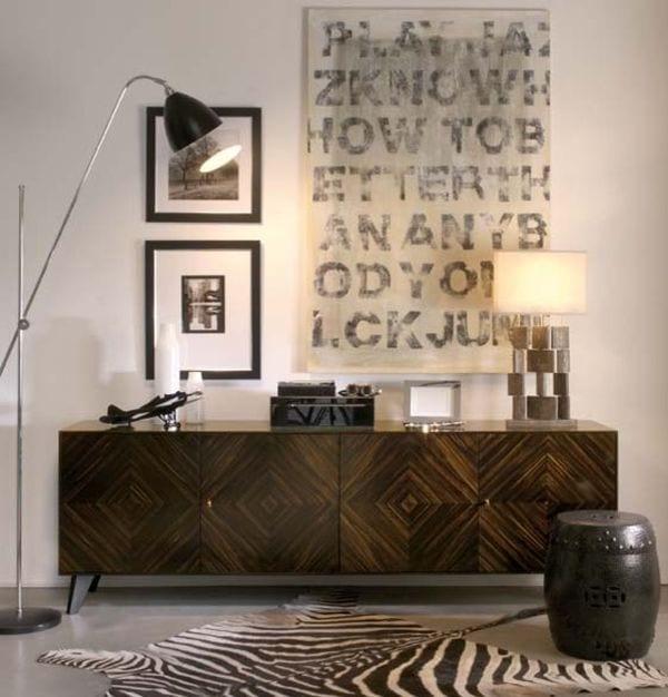 zimmer dekorieren mit sideboard holz und Wanddekoration-schwarze stehlampe-zebrateppich