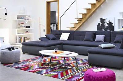 modernes wohnzimmer einrichten mit polstergruppe blau und hocker grau und pink