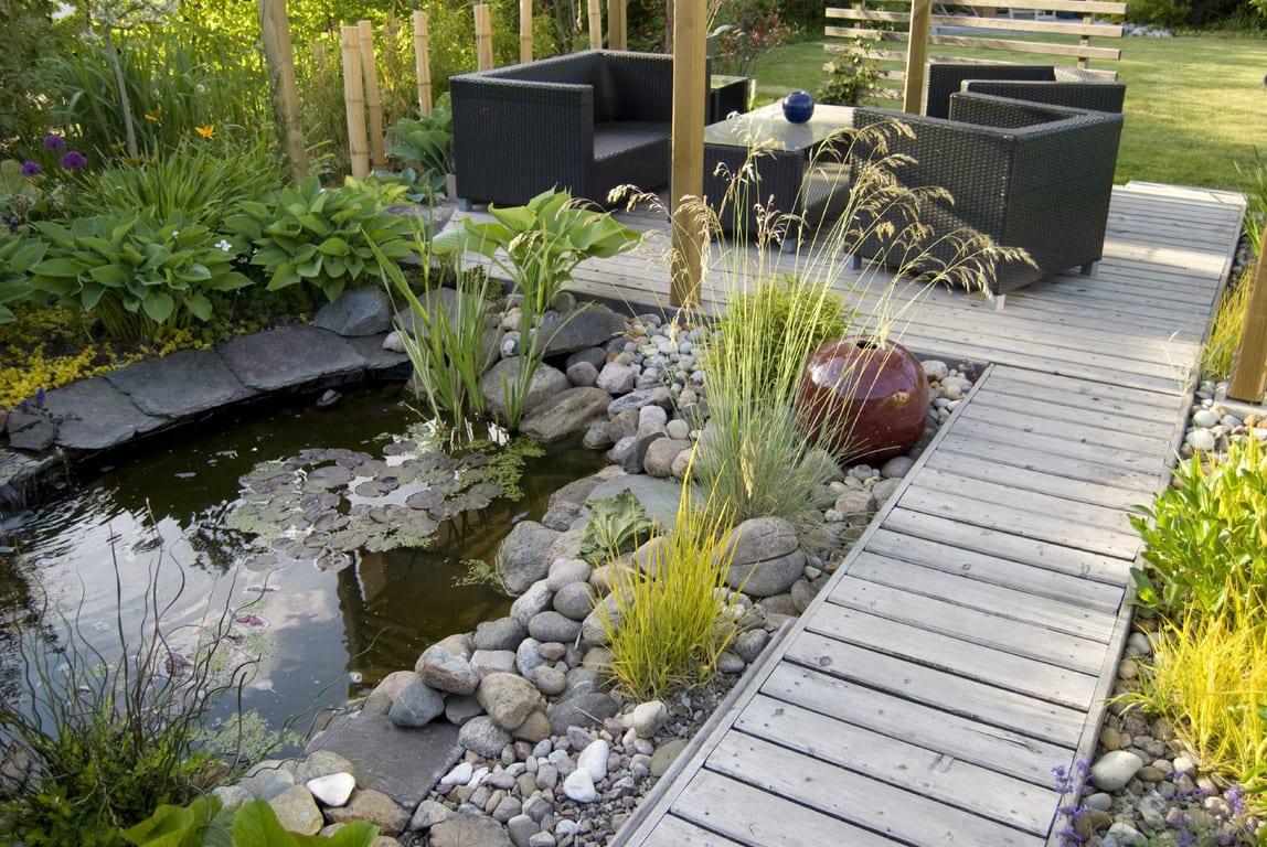 terrassengestaltung mit holzboden und gartenmöbel