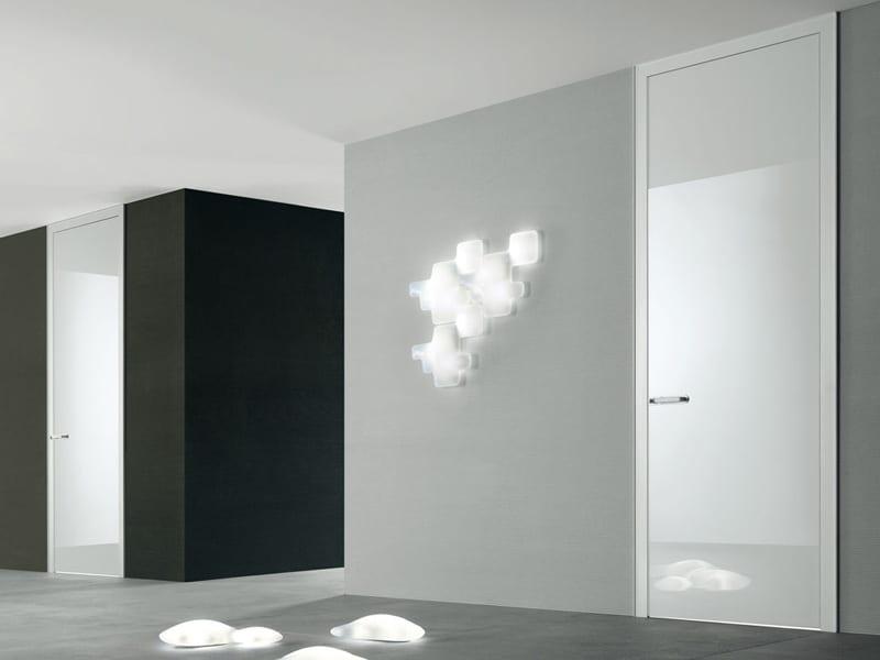 wandfarbe grau mit weißen innentüren raumhoch- schwarze wand mit weißer tür und moderne wandlampen
