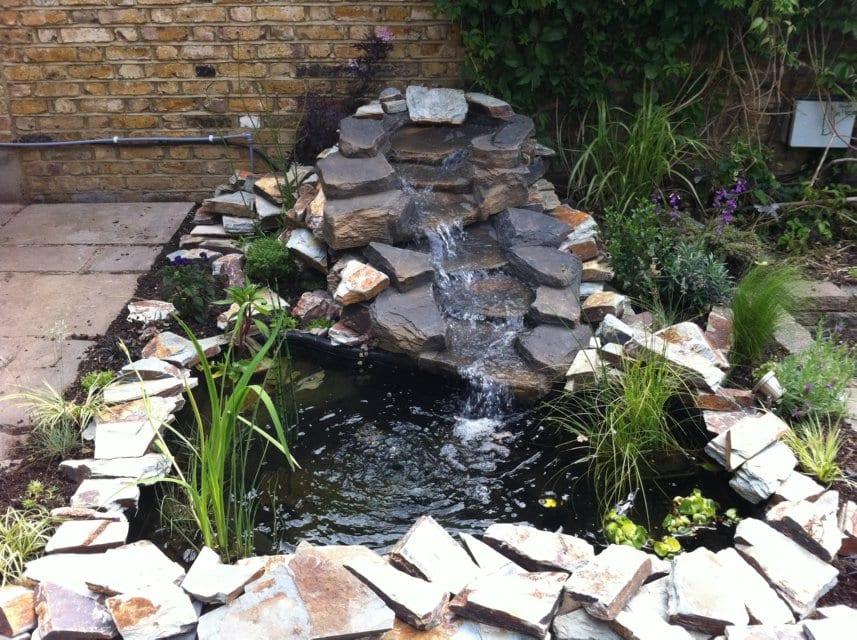 garten ideen mit steinfwasserfall