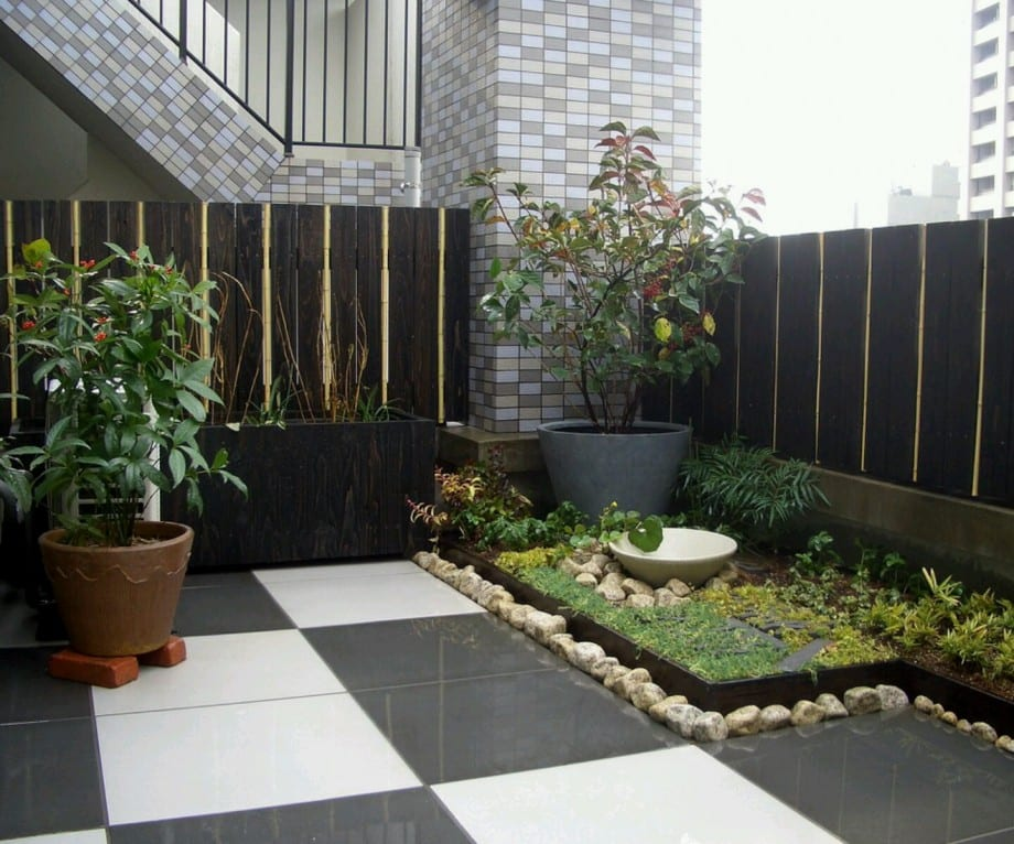 Terrassengestaltung Mit Gartenecke Und Schwarz Weißen Bodenfliesen