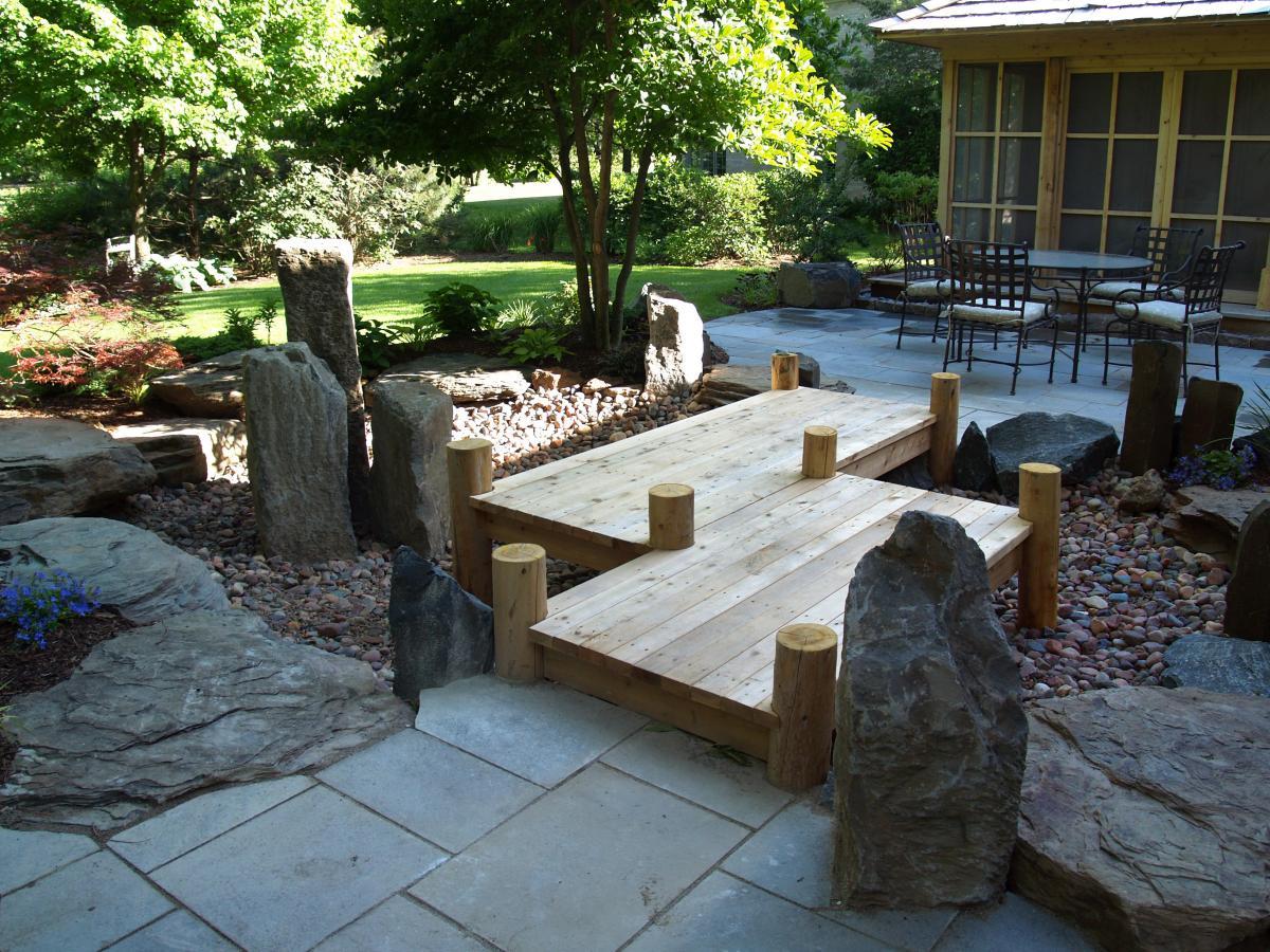traumgarten mit zen design und holzgartenweg
