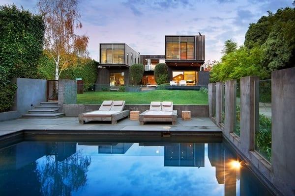 minimalistisches haus mit garten und pool-gartenmauer aus beton und glasplatten