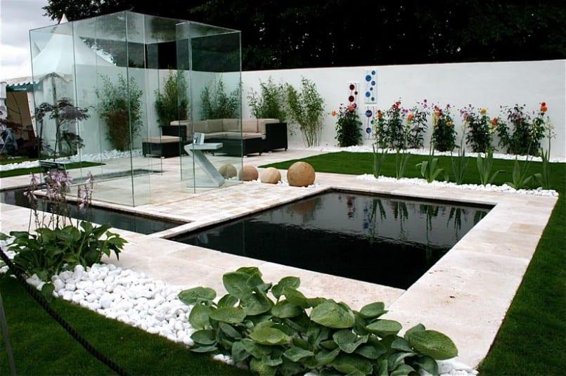 minimalistischer traumgarten mit teichbecken und moderne Glaslaube