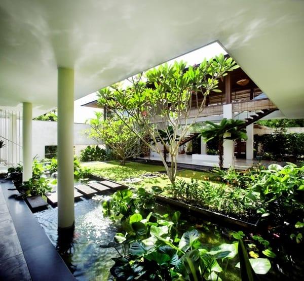 luxus haus mit wassergarten und überdachtem Eingang mit Bodenplatten aus schwarzem naturstein