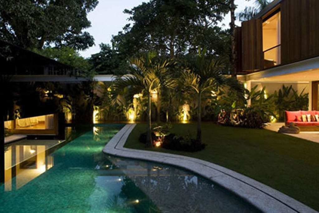minimalistisches haus mit überdachte terrasse und garten