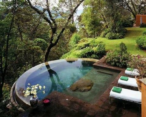 gartengestaltung mit halbrundem swimming pool