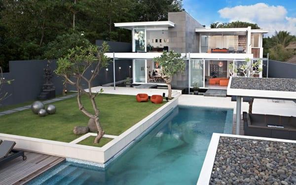 luxus haus mit minimalistischer gartengestaltung-überdachte terrasse neben dem pool