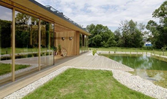 minimalistisches haus aus holz mit überdachter terrasse