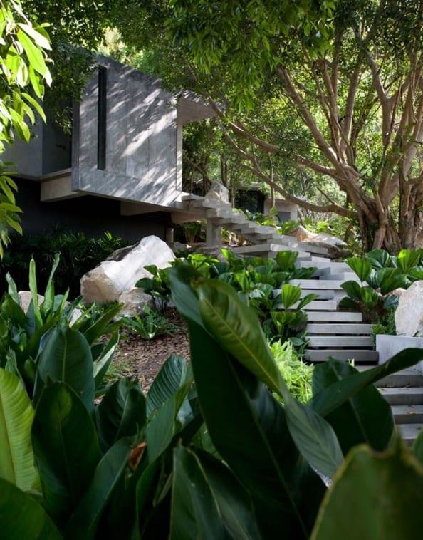 minimalistisches haus am Hang mit Betonstufen