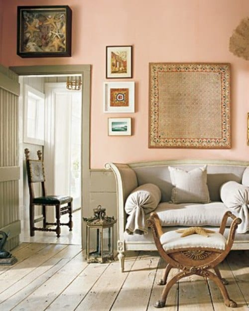 wand streichen ideen mit grau und rosa- wohnzimmer mit holzboden und weißem sessel