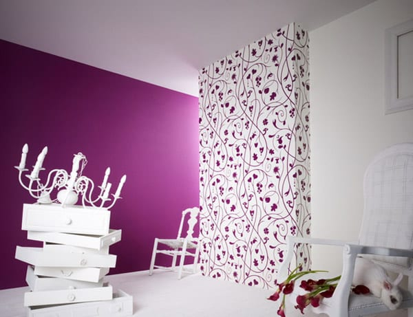 kreative wandgestaltung mit weißer wandtapete mit lila Blumenmotiv- weiße stühle