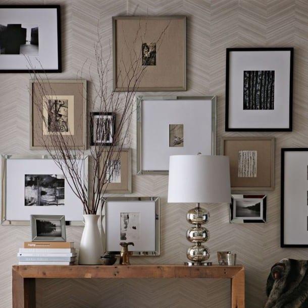 weiße tapete-seidboard dekorieren mit weißer vase und weißer tischlampe