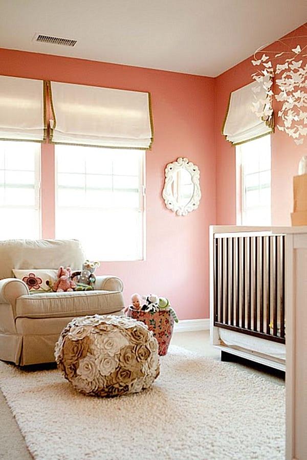 moderne wandfarbe fürs babyzimmer- weißes gitterbett-weiße fensterrollospolsterhocker mit rosen