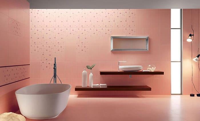 badezimmer fliesen in rosafarbe- weiße freistehende badewanne und waschtisch aus holz mit weißem waschbecken