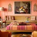 farbgestaltung wohnzimmer mit Lederssel braun und rechteckigem Polsterhockertisch in rosa und apricot-sofa beige