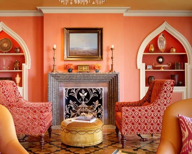 wohnzimmer einrichten mit kamin und roten Sesseln-eingebaute weiße wandregalen