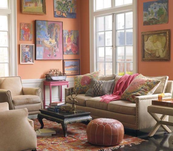 wohnzimmer gestalten mit Sofa und Sesseln in beige-Bedienungstisch pink-kleine couchtisch mit metallfüßen