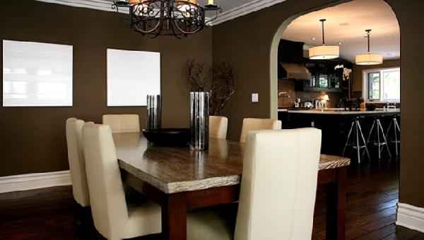 Farbgestaltung Esszimmer. Wandgestaltung Mit Weißen Quadraten Moderner  Esstisch Mit Weißen Esszimmerstühlen