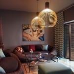 modernes wohnzimmer mit modernen Kugel-Pendelleuchten-Fensterdekoration-braune seats and sofas