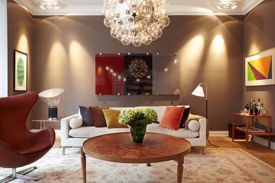 modernes wohnzimmer farbgestaltung in braun und rot-ledersessel rot-kaffeetisch rund-moderne leuchten